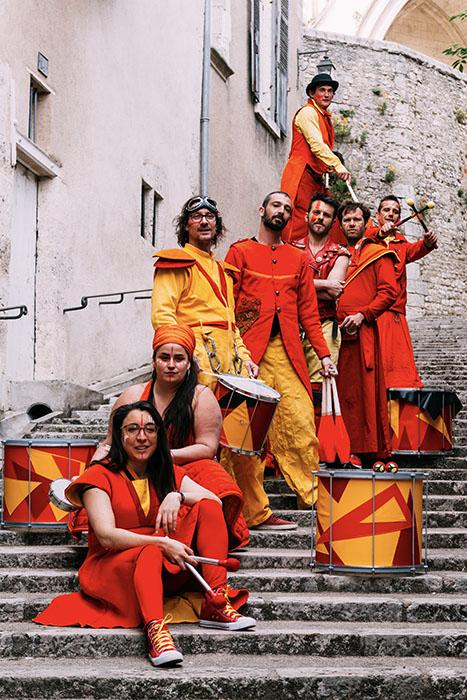 La compagnie posant dans un escalier à Blois